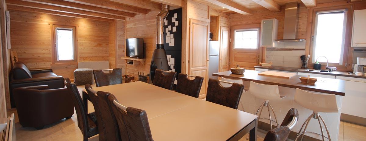 Salle à manger, salon et cuisine dans le chalet